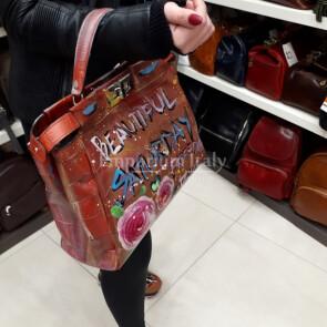 Flaminia: una borsa prodotta e dipinta a mano